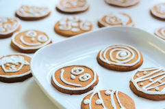 Piernikowi ciastka z cukrową dekoracją na talerzu Zdjęcie Royalty Free
