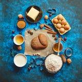 Piernikowy ciasto umieszczający wśród różnorodnych składników Bożenarodzeniowy wypiekowy pojęcie fotografia royalty free