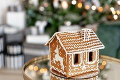piernikowy dom na stole Defocused światła choinka Ranek w jaskrawym żywym pokoju Wakacyjny nastrój firmant zdjęcie royalty free