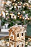 piernikowy dom na stole Defocused światła choinka Ranek w jaskrawym żywym pokoju Wakacyjny nastrój firmant zdjęcie stock