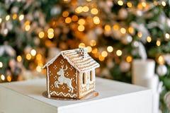 piernikowy dom na stole Defocused światła choinka Ranek w jaskrawym żywym pokoju Wakacyjny nastrój firmant obrazy royalty free