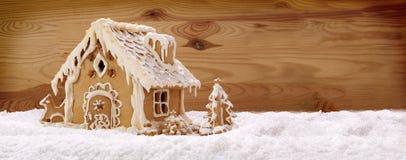 Piernikowy dom odizolowywający na drewnianym tle Fotografia Royalty Free