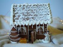 Piernikowy dom z glazerunkiem, choinką i bałwanem domowej roboty, fotografia stock