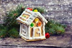 Piernikowy dom z jodłą na drewnianym tle Obraz Stock