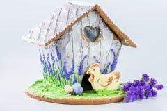 Piernikowy dom z kurczakiem, barwionymi jajkami i kwiatami, Zdjęcie Royalty Free