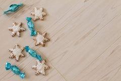 Piernikowy płatek śniegu i jaskrawi cukierki Fotografia Stock