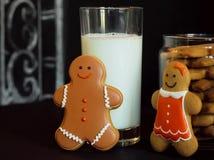 Piernikowy pary spotkanie blisko szkła mleko Zdjęcia Stock