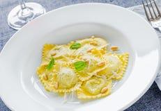Pierożka talerz z parmesan zakończeniem up Zdjęcia Royalty Free