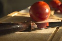 Pierożek z pomidorem na tle drewno Obrazy Stock