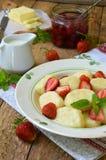 Pierogi сладостного завтрака ягоды сладостное ленивое, вареники с сметаной, масло и клубника на деревянной предпосылке Итальянско стоковые изображения
