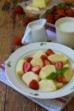 Pierogi сладостного завтрака ягоды сладостное ленивое, вареники с сметаной, масло и клубника на деревянной предпосылке Итальянско стоковая фотография rf