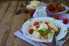 Pierogi сладостного завтрака ягоды сладостное ленивое, вареники с сметаной, масло и клубника на деревянной предпосылке Итальянско стоковое изображение rf