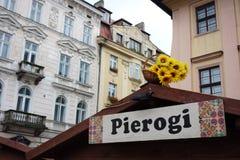 Pierogi firma adentro el mercado de Kraków foto de archivo libre de regalías