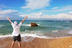 Pierre énorme dans des ondes de vague déferlante Photographie stock libre de droits