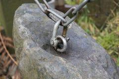 Pierre avec une chaîne attachée à elle Image stock