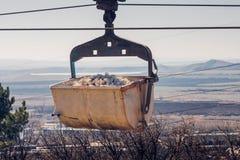 Pierre blanche de transport de chariot à l'usine par l'intermédiaire du chemin de fer de câble Photographie stock libre de droits
