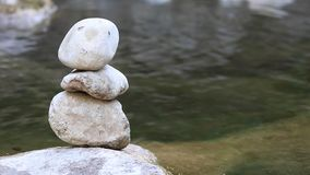 Pierre d'équilibre par la rivière banque de vidéos
