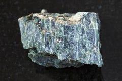 pierre d'amiante de chrysotile sur le fond foncé Photo libre de droits