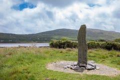 Pierre d'Ogham dans le paysage irlandais sous le ciel bleu nuageux Photos libres de droits