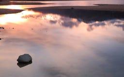 Pierre dans l'eau de lac Photo libre de droits