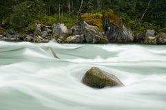 Pierre dans le fleuve, longue exposition Images stock