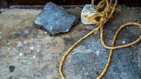 Pierre de boucle de corde au sol Photos stock
