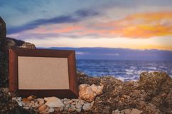 Pierre de cadre de photo, mer à l'endroit de coucher du soleil pour marquer avec des lettres, copyspace images stock
