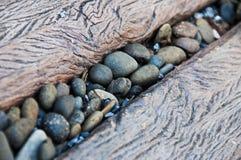 Pierre de caillou au milieu de la manière en bois de chemin Photo libre de droits