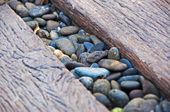 Pierre de caillou au milieu de la manière en bois de chemin Image libre de droits