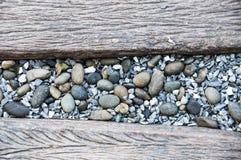 Pierre de caillou au milieu de la manière en bois de chemin Photo stock