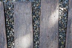Pierre de caillou au milieu de la manière en bois de chemin Image stock