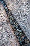 Pierre de caillou au milieu de la manière en bois de chemin Images libres de droits