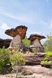 Pierre de champignon de couche et ciel bleu Photographie stock libre de droits