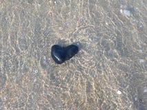 Pierre de coeur sous l'eau Image stock