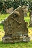 Pierre de crâne et de tombe d'os de croix photos libres de droits