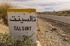 Pierre de kilomètre avec les caractères arabes là-dessus, Talsinst, Maroc Photos libres de droits