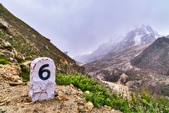 Pierre de kilomètre en montagnes de l'Himalaya Images libres de droits
