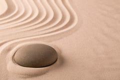 Pierre de méditation de zen et jardin de sable images libres de droits