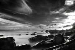 Pierre de paysage marin et Cloundy lourd Images libres de droits