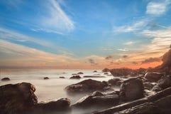 Pierre de paysage marin et Cloundy lourd Image stock