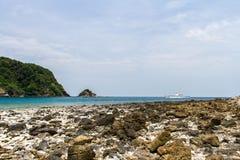 Pierre de plage et de sable avec la mer bleue de vague au rok de KOH, krabi, tha Images stock