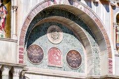 Pierre de tuile transformée en affichage d'art sur la basilique du ` s de St Mark à Venise Photographie stock