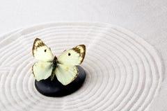 Pierre de zen avec le papillon Photographie stock