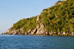 Pierre en mer de sud de la Chine de baie de tao de kho de la Thaïlande Photos stock