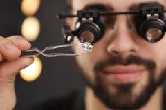 Pierre gemme de évaluation de bijoutier masculin dans l'atelier photo stock