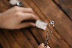 Pierre gemme de évaluation de bijoutier masculin dans l'atelier photos stock