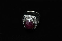 Pierre gemme de roches et anneau étincelants de zircon Image stock
