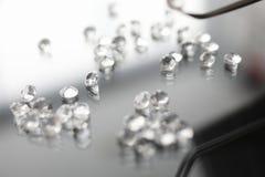 Pierre gemme en verre sur le diamant transparent de symbole de fond image stock