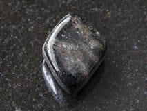 pierre gemme polie d'anthophyllite sur l'obscurité Photographie stock