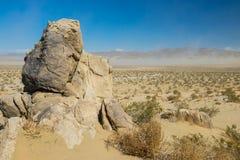 Pierre grande au-dessus de région sauvage de sable photo libre de droits